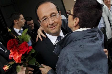 Hollande recibe el beso de una seguidora, en Tulle. | Efe