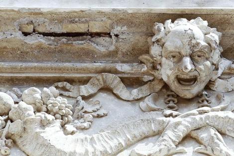 La cornisa desprendida de la Fontana de Trevi.   Reuters