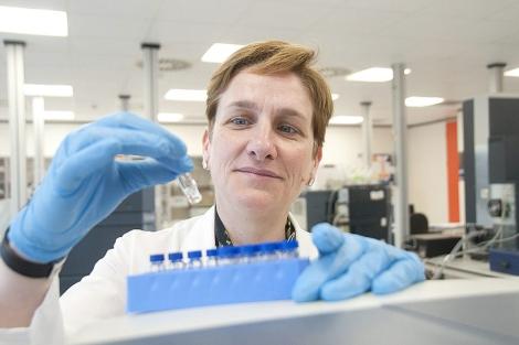 Azucena Castro, con una de las muestras, en los laboratorios de la firma. | P. Corral