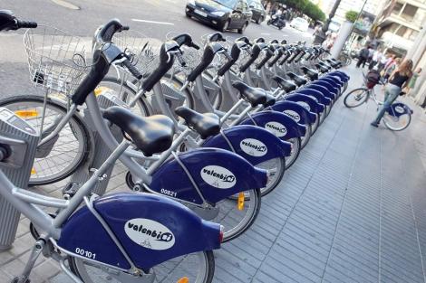 Estacion de bicicletas en la calle Colon de Valencia. | Vicent Bosch