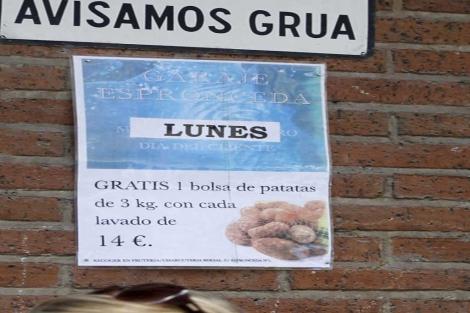 Cartel de la oferta que ofrece el Garaje Espronceda a sus clientes.   E. M.