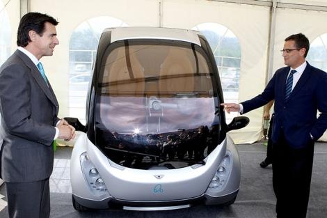 José Manuel Soria y Antonio Basagoiti conversan frente al vehículo eléctrico Hiriko.   Efe