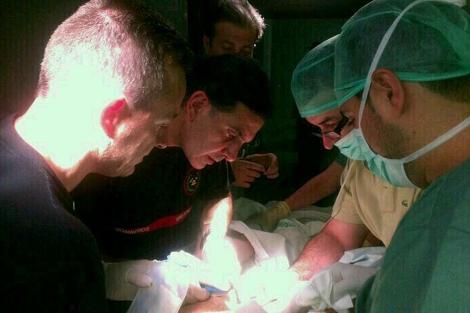 Bomberos y cirujanos tratan de liberar el pene atrapado. | El Mundo