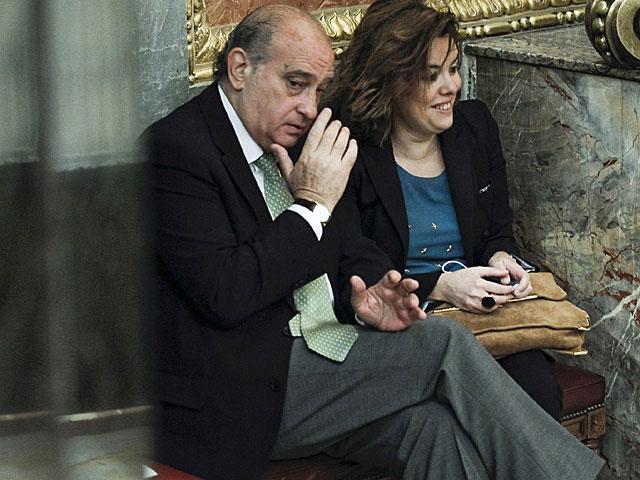 El ministro del Interior conversa con la vicepresidenta, en el Congreso.   E. Naranjo. / Efe