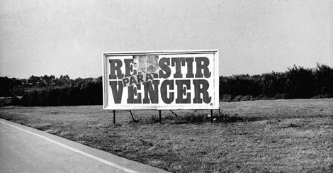 Valla Resistir, 1991. © Carlos Garaicoa. VEA MÁS IMÁGENES