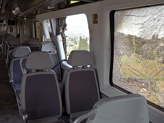 Interior del tren accidentado al chocar contra una barricada de troncos. | Juan González | Efe