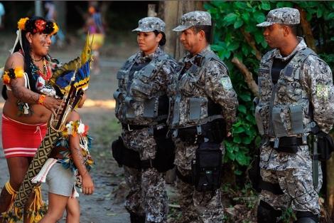 Indígenas, junto a la policía militar brasileña. | Reuters