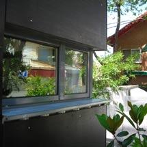 Las ventanas fueron recortadas directamente de la fachada de chapa. | E M