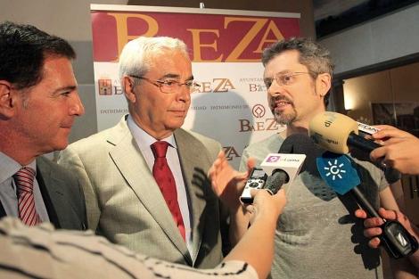 Bajo Uloa, tras presentar el cortometraje sobre Machado en Baeza. | Manuel Cuevas