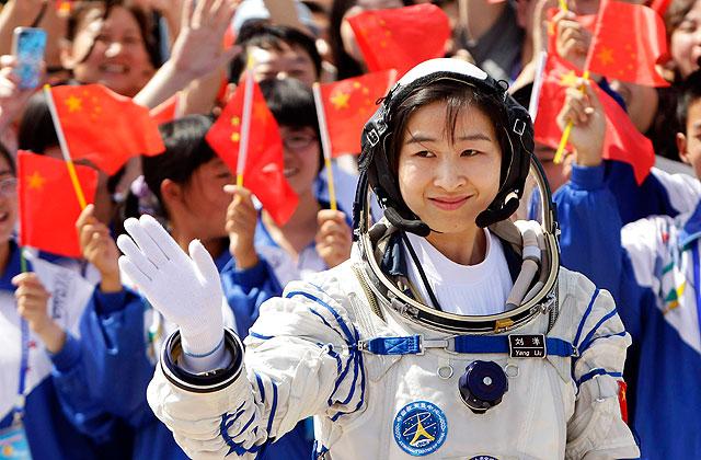 Liu Yang, momentos antes de entrar en la nave Shenzhou IX para el lanzamiento. | Reuters
