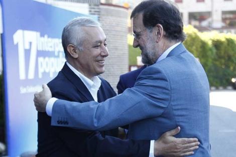 Mariano Rajoy y Javier Arenas se saludan en San Sebastián. | Foto: M. D. De Rada.