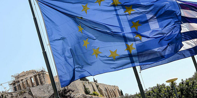 La bandera de la Unión Europea, junto a la griega, enfrente de la Acrópolis. | Afp