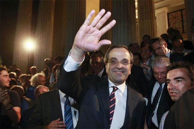 Samaras saluda a sus seguidores tras proclamarse venecedor. | Reuters