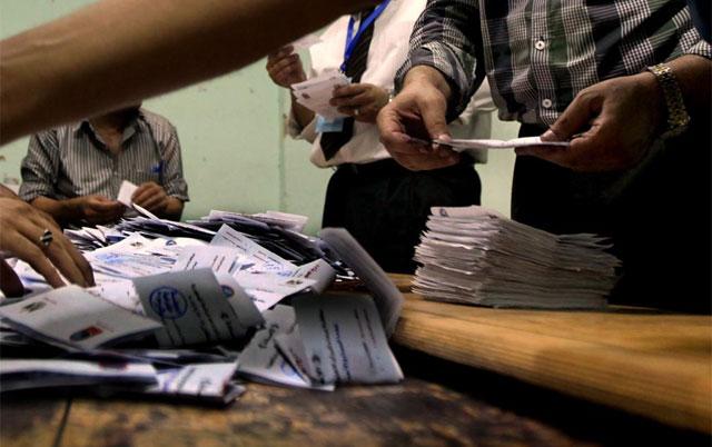Recuento de las papeletas en un colegio electoral de El Cairo. | Afp