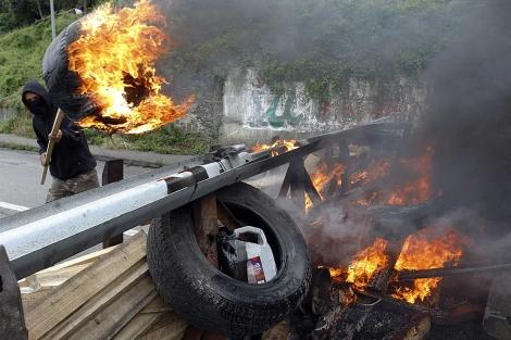 Una barricada levantada hoy por los mineros en Caborana (Asturias). | César Manso/Afp