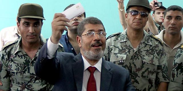 Mohamed Mursi, en el momento de votar.   Afp