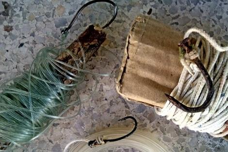 Imagen de los anzuelos usados por los rumanos. | E.M.