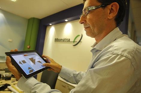Frank Guijarro, responsable de I+D+i de Bilbomática, exhibe la aplicación. | Jusy