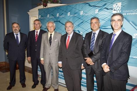 Antonio Beteta, tercero por la derecha antes de iniciar la conferencia. | Iñaki Andrés