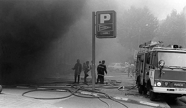 Los bomberos intentan apagar el fuego tras al explosión.