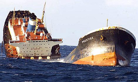 Foto de la Armada del buque 'Prestige' durante su naufragio.