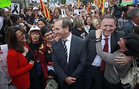 Los socialistas Rodríguez, Alonso e Iglesias, junto a las mujeres de los mineros. | J. Barbancho