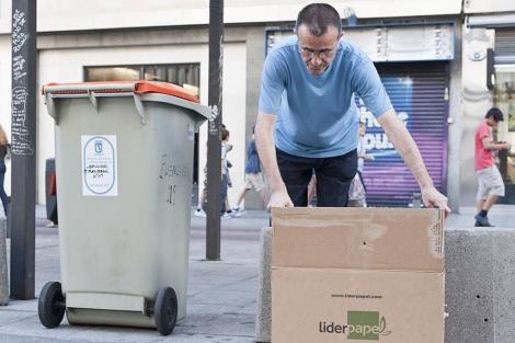 Un portero de la calle Fuencarral saca la basura | Gonzalo Arroyo