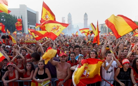 Miles de barceloneses siguen la final del Mundial en la calle. | Efe