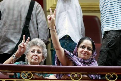 La actriz Pilar Bardem junto a una de las activistas. | Efe