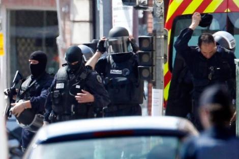 Fuerzas especiales francesas, tras el asalto a la sucursal bancaria. | Efe