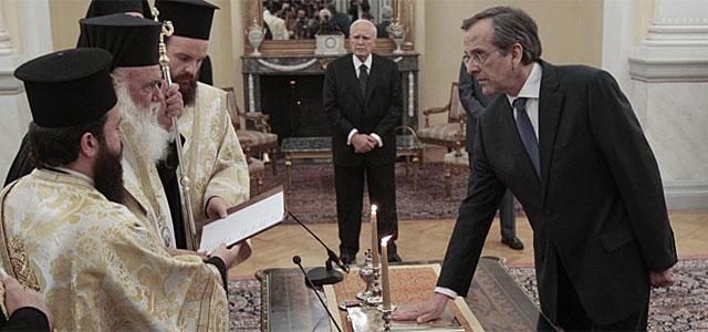 Antonis Samaras jura el cargo en presencia de Karolos Papoulias.| Reuters