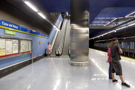 Dos usuarios esperan la llegada del metro. | Alberto Di Lolli
