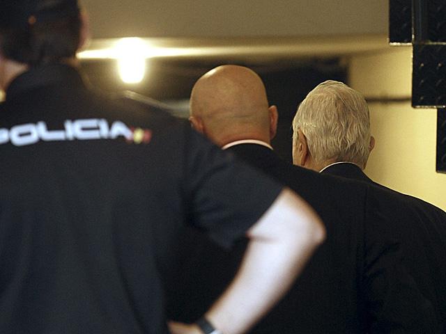 Carlos Dívar (dcha.), a su llegada a la sede del CGPJ, donde ha presentado su dimisión. | Ballesteros | Efe