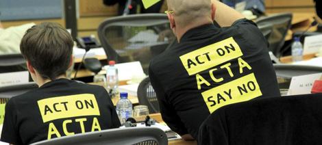 Parlamentaruos europeos visten camisetas contra ACTA el pasado martes. | Efe