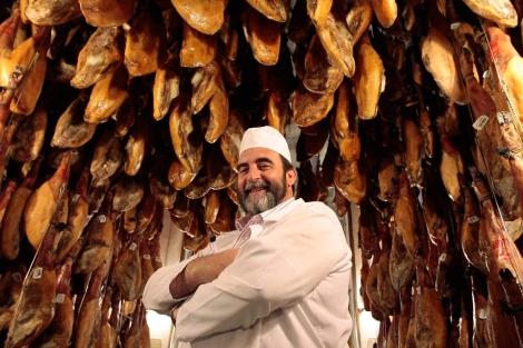 Santiago Martín, en una de las bodegas donde cura sus jamones.   Foto: E. Carrascal