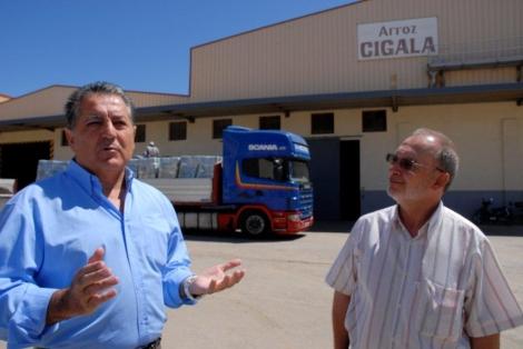 Manuel Jurado, presidente de Mundiriz, y Samuel Monclús, director general en Marruecos, en las instalaciones de la compañía en Larache. | E. C.