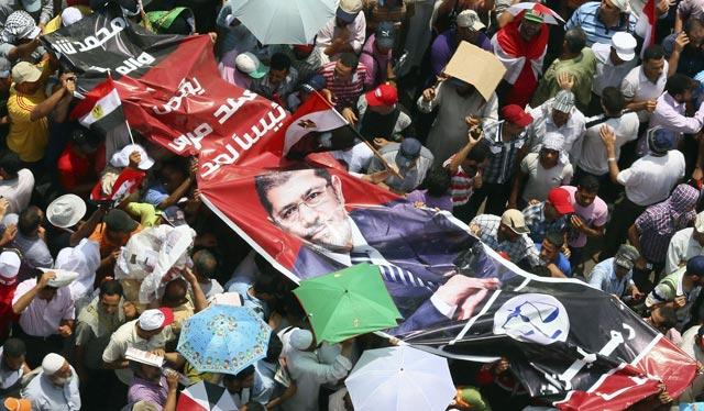 Partidarios de Mursi sostienen un cartel con su imagen en Tahrir. | Efe [MÁS IMÁGENES]