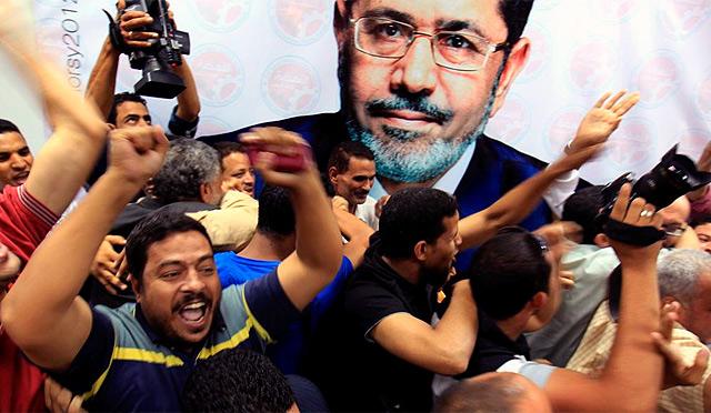 Los Hermanos Mulsulmanes celebran la vitoria de Mohamed Mursi. | Efe