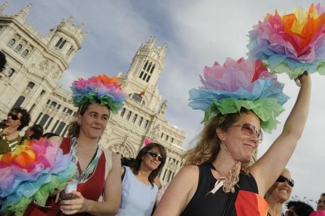 Dos chicas durante la celebración del Día del Orgullo Gay 2011. | Gonzalo Arroyo