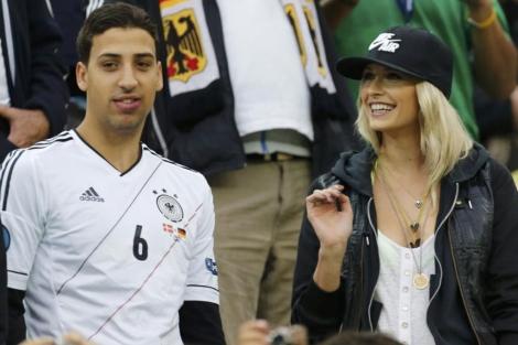 Lena Gercke, novia Khedira, junto al hermano de éste en la Eurocopa. | Reuters