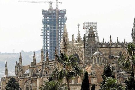 La Torre Pelli asoma tras la Puerta de la Asunción de la Catedral de Sevilla. | C. Márquez