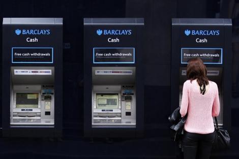 Cajeros de Barclays en Londres. | Reuters