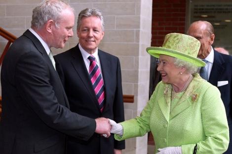 La reina Isabel II da la mano a Martin McGuinness en Belfast. | Afp