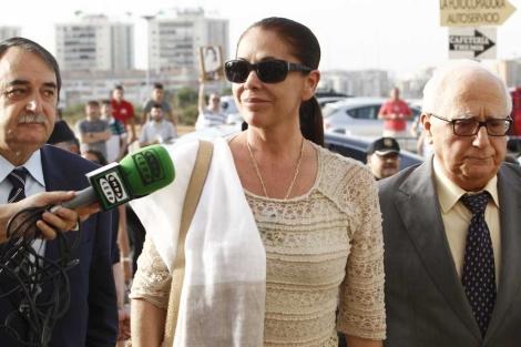 Isabel Pantoja a su llegada a la Ciudad de la Justicia de Málaga. | A. Pastor