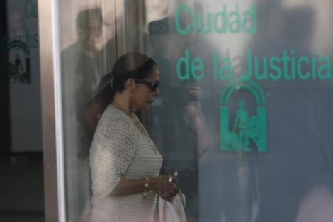 Isabel Pantoja a su llegada a la Ciudad de la Justicia de Málaga.   A. Pastor