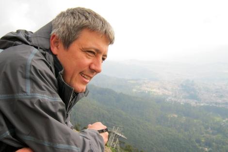 Javier Sagarna con paisaje rural de fondo. | EL MUNDO