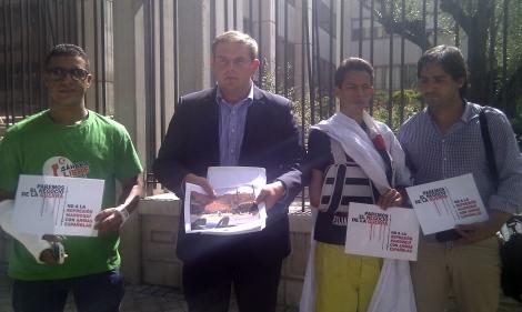 Representantes de las asociaciones, a la puertas de Ministerio de Economía.