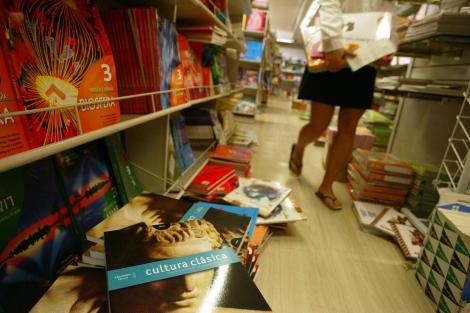 Compra de libros previo al inicio del curso escolar en unos grandes almacenes. | Kike Para