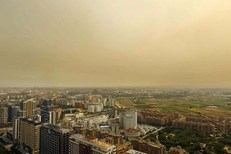 El cielo de Valencia amaneció este viernes encapotado y rojizo a causa del incendio | J.Cuéllar