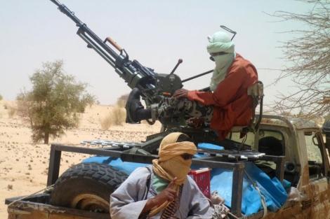 Miembros de Ansar al Din, con un vehículo artillado cerca de Tombuctú. | Afp